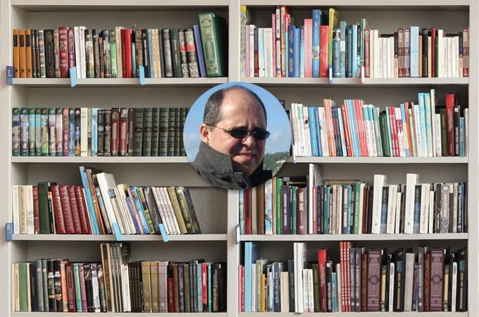 estante de livros-celular